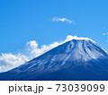冬(12月)、わずかに雪が降った富士山を本栖湖から望む 山梨県身延町 73039099