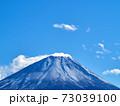 冬(12月)、わずかに雪が降った富士山を本栖湖から望む 山梨県身延町 73039100