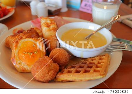 ホテルの朝食をお皿いっぱいに乗せた様子 73039385