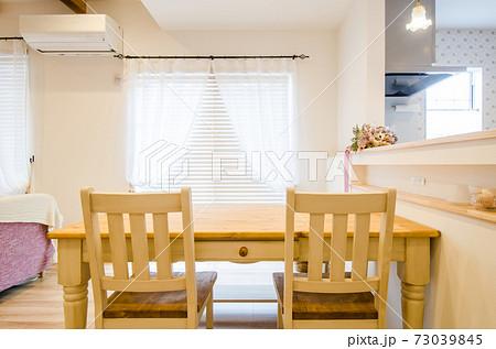 新築一戸建て・リビングルームのテーブルセット 73039845