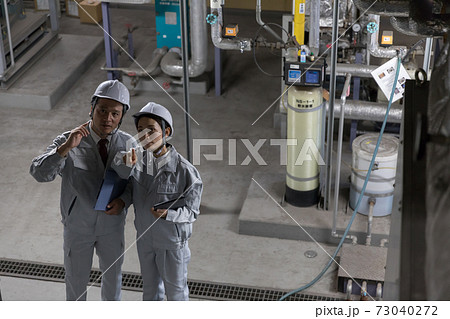 工場施設で設備メンテナンスをする作業員 73040272