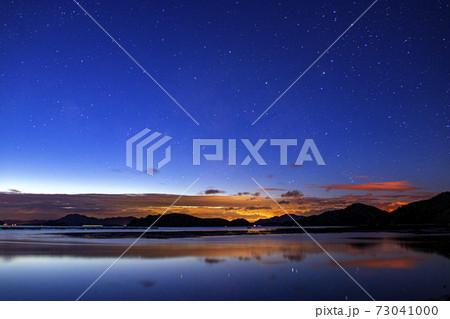 瀬戸内の冬の星景 夜明けに昇る天の川 73041000
