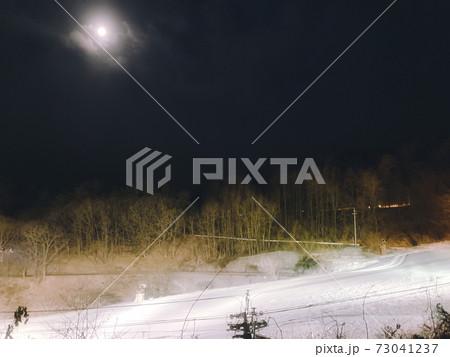 スキー場と月 長野県佐久市平尾山スキー場 73041237