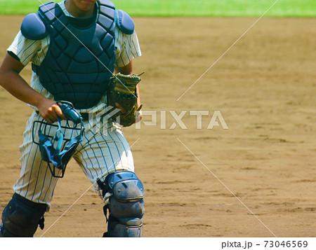高校野球パーツ・タイムアウトでピッチャーを励ました後にマウンドから戻るキャッチャー 73046569