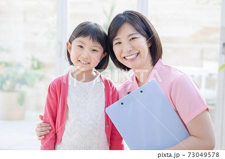医療 看護師さんと女の子ポートレート 73049578