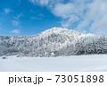 雪が積もった山と青空の景色④ 73051898