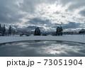 光が広がる空と雪国の景色 73051904
