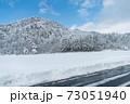 雪が積もった山と青空の景色① 73051940