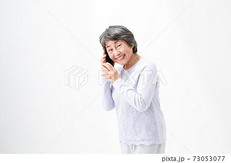電話をするシニア女性 スマホ 73053077