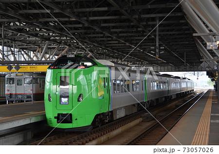 札幌へ向かうお客さんの乗車を待つ特急「ライラック」(後追い) 73057026