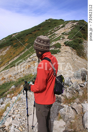 秋の唐松岳を歩く登山者(男性) 撮影場所:唐松岳(長野県、富山県) 73062312