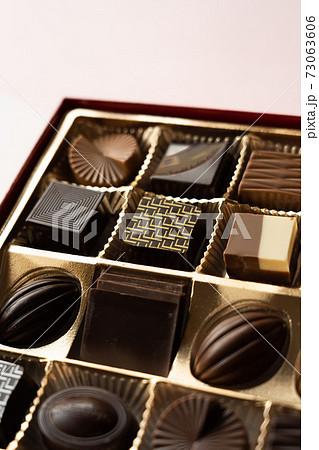 箱に入ったおしゃれなチョコレート 73063606