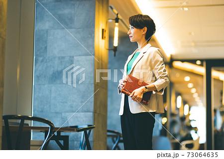ビジネスパーソン 女性 73064635