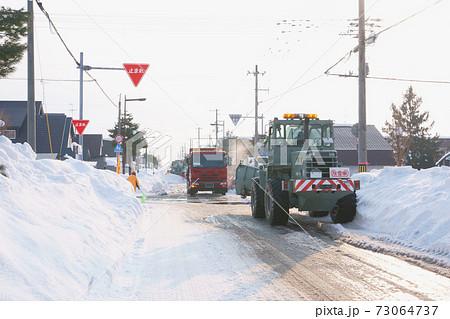 ロータリー除雪車と除雪ドーザによる除雪作業 73064737