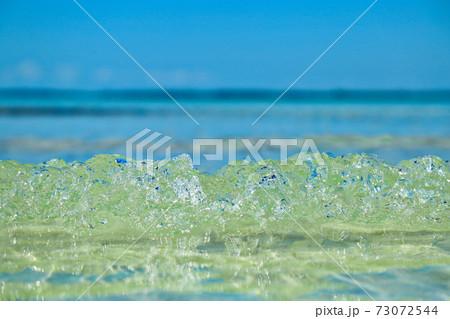 キューバカリブ海透明な波クローズアップ写真 73072544