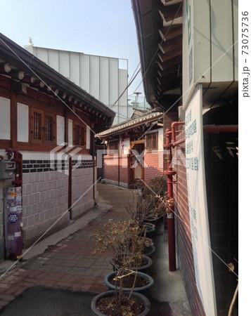 韓国ソウル・北村韓屋村の歴史的な街並み 73075736