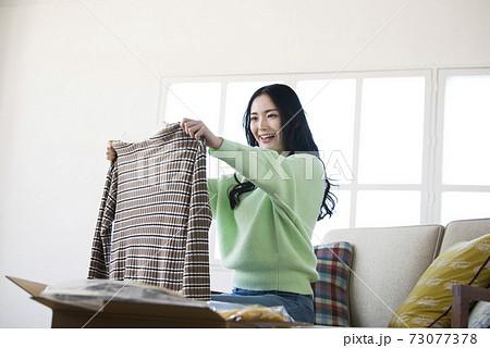 若い女性 通信販売 ネットショッピング 73077378