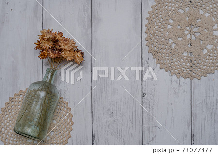白い板壁に飾られたおしゃれなドライフラワー 73077877
