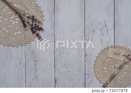 白い板壁に飾られたおしゃれなドライフラワー 73077878