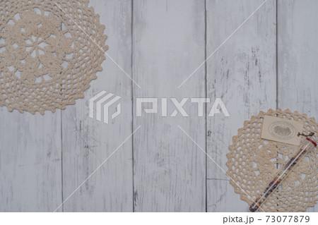 白い板壁に飾られたおしゃれな小物 73077879
