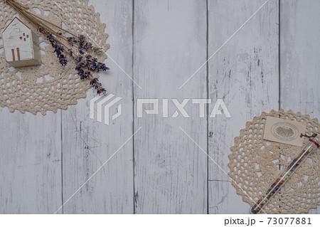 白い板壁に飾られたおしゃれなドライフラワー 73077881