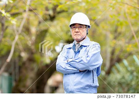 ビジネスイメージ  作業服の男性 ヘルメット 73078147