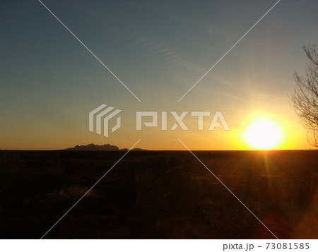 オーストラリア カタジュタの夕陽 73081585
