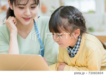 パソコン 幼児 家庭 73083604