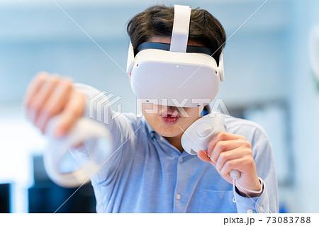 VRで仮想現実を体験する男性 73083788