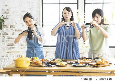 料理の写真を撮る女性 73084336