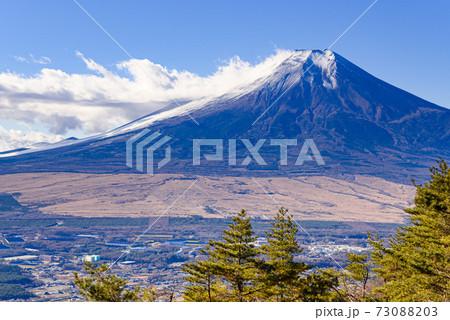 雪化粧する富士山と自衛隊の演習場 73088203
