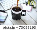 オフィスのテーブルに置かれたコーヒー 73093193