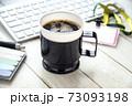 オフィスのテーブルに置かれたコーヒー 73093198