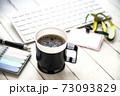 オフィスのテーブルに置かれたコーヒー 73093829