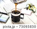 オフィスのテーブルに置かれたコーヒー 73093830