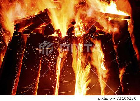 キャンプファイヤー 焚き火 炎と薪 イメージ素材 73100220