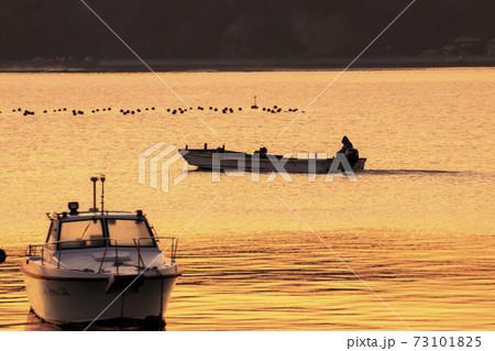 広島県朝焼けの瀬戸内海 出漁する漁船 73101825