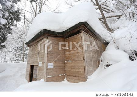 雪囲いをされた、戸隠奥社 九頭竜社 73103142