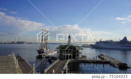 横浜港全景、ぷかり桟橋から見たところ 73104325
