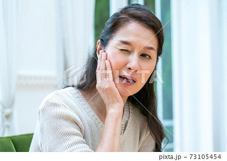 60代女性の歯痛 73105454