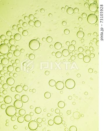 黄緑色の水面に浮かぶオイルバブル 73105928