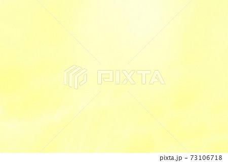 黄色系の抽象的背景 ゆるやかな流れ 73106718