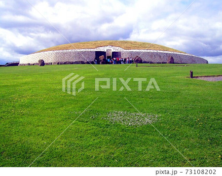 緑の芝の上に建つ紀元前の古代遺跡ニューグレンジの正面 73108202