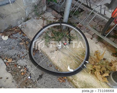 自転車が盗まれ、とり残されたタイヤ 73108668