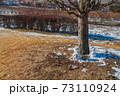 冬の日溜まりに溶けかけた雪ダルマ 73110924