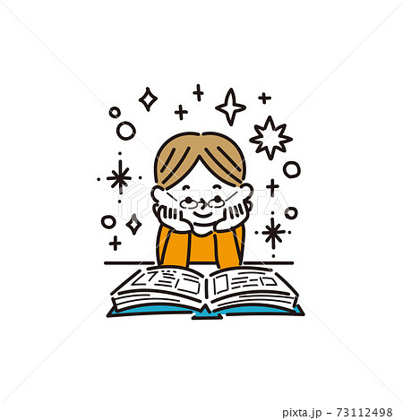 本を読んで想像が膨らむ男の子 73112498