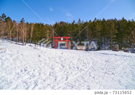冬の日光白根山ロープウェイ山頂駅付近にある白根山登山口と二荒山神社鳥居 73115652
