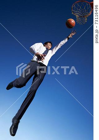 バスケットのシュートをするビジネスマン ビジネスイメージ 73116496