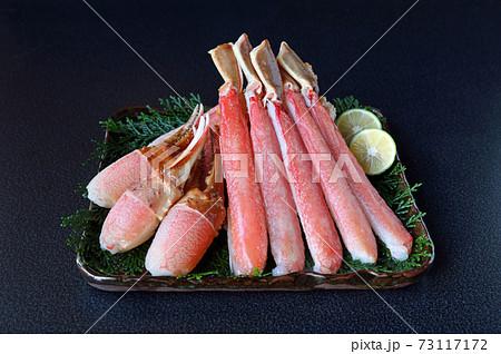 四角い皿に盛ったずわいがにの爪肉と足棒肉 紺色背景 73117172