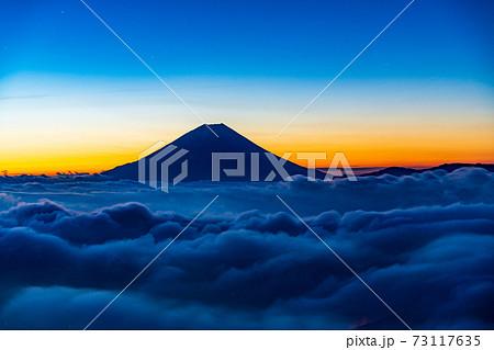(山梨県)星空の下、大雲海に浮かぶ富士山 73117635